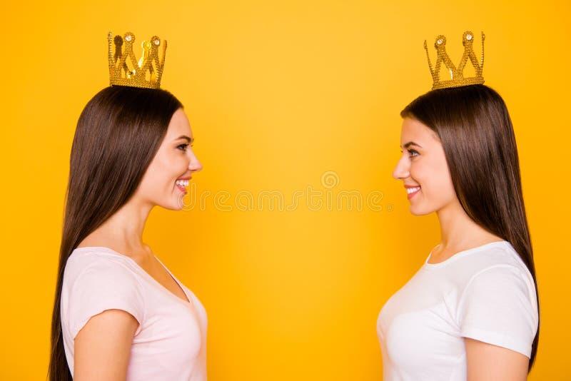 Portrait en gros plan de vue de côté de profil de beau droit gai gai attrayant doux avec du charme mignon joli photo stock