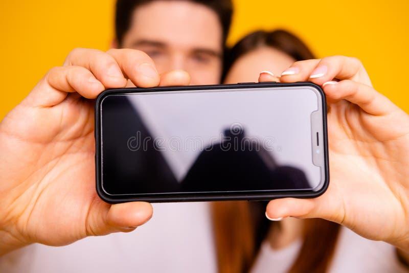 Portrait en gros plan de vue de deux gentilles personnes attirantes faisant prendre le selfie se tenant dans le nouvel instrument photos stock