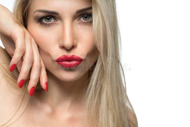 Portrait en gros plan des lèvres sexy de femme avec le rouge à lèvres rouge et le m rouge images libres de droits