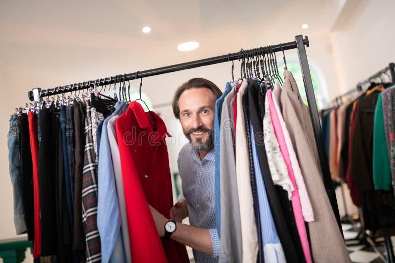 Portrait en gros plan des vêtements de poussée masculins dans le magasin d'habillement image libre de droits