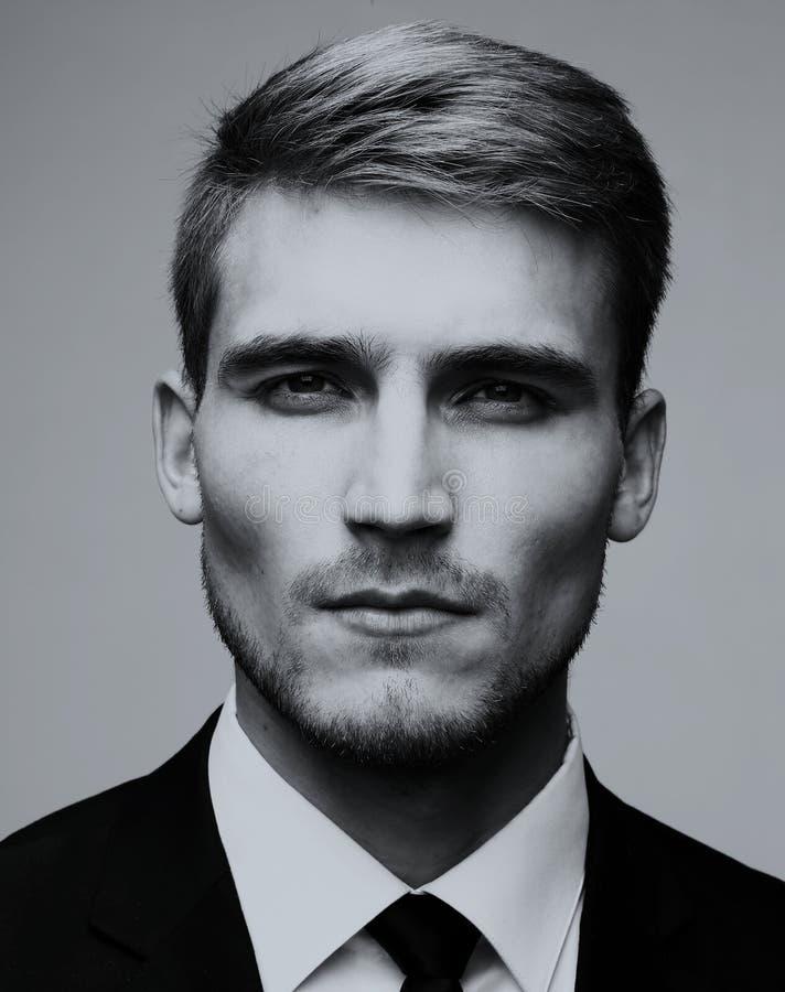 Portrait en gros plan noir et blanc d'un busin beau réussi photographie stock