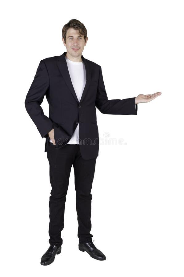 Portrait en longueur du beau homme d'affaires debout posant et tenant une copie sur la paume et regardant droit la caméra photo libre de droits