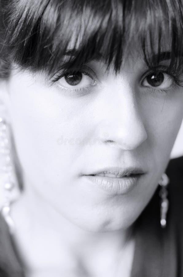 Portrait en noir et blanc d'une jeune fille caucasienne photo stock