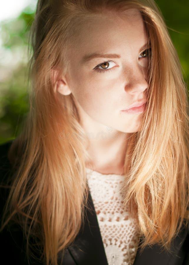 Portrait ensoleillé d'une jeune jolie fille avec des taches de rousseur photos libres de droits