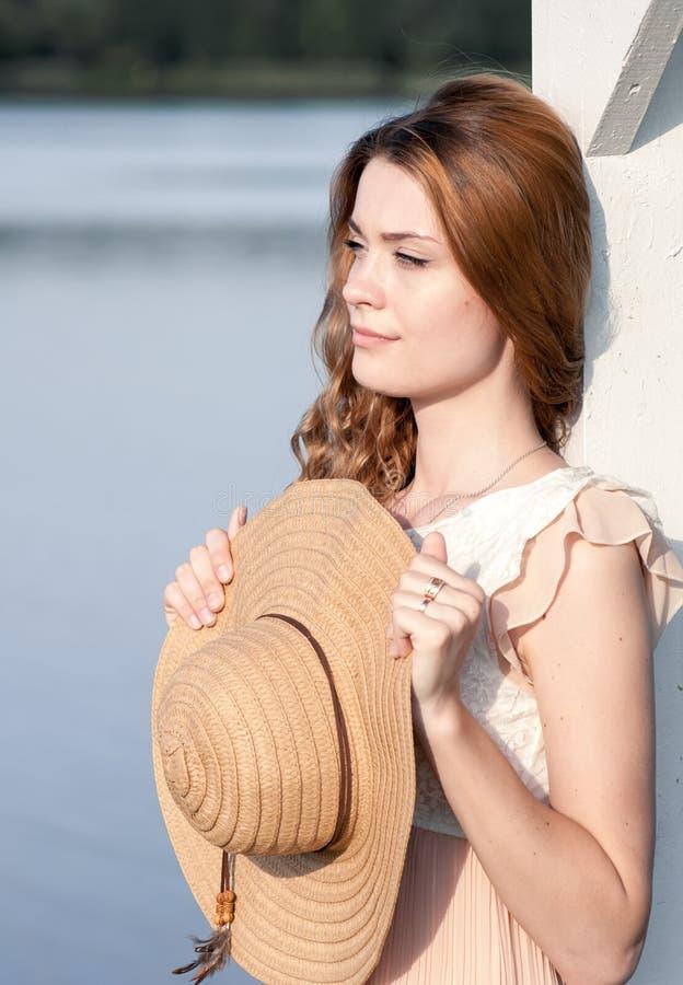 Portrait ensoleillé de mode de mode de vie d'été de la jeune femme élégante de hippie marchant sur le parc dehors, utilisant l'éq images libres de droits