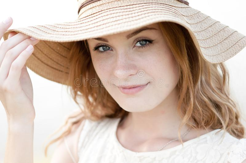 Portrait ensoleillé de mode de mode de vie d'été de la jeune femme élégante de hippie marchant sur le parc dehors, utilisant l'éq photos stock