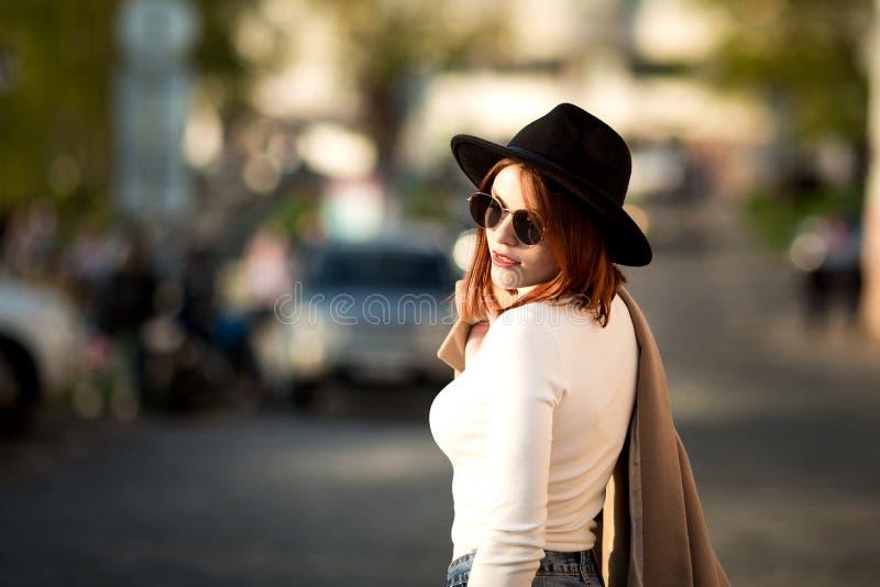 Portrait ensoleillé de mode de mode de vie d'été de la jeune femme élégante de hippie marchant sur la rue photo stock