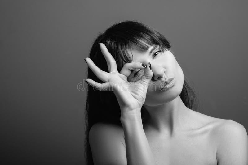Portrait espiègle amusé joyeux de femme d'émotion photographie stock libre de droits