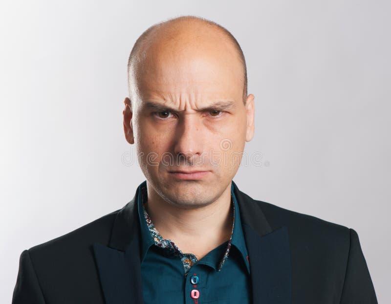 Portrait expressif de type chauve fâché images stock