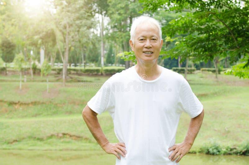 Portrait extérieur asiatique heureux de vieil homme photo stock