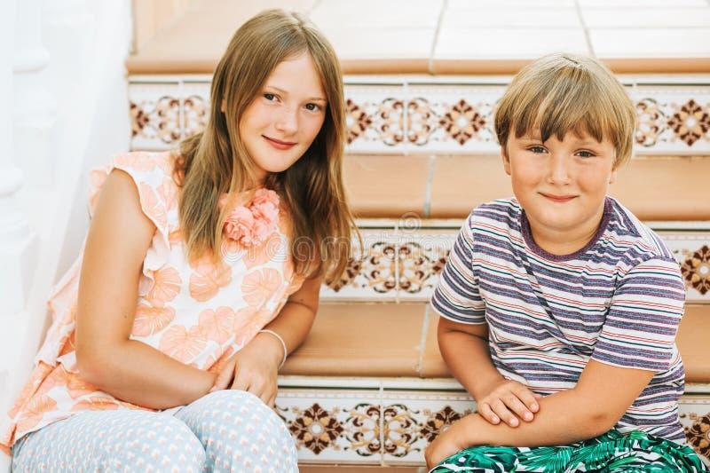 Portrait extérieur d'été de deux enfants drôles photographie stock