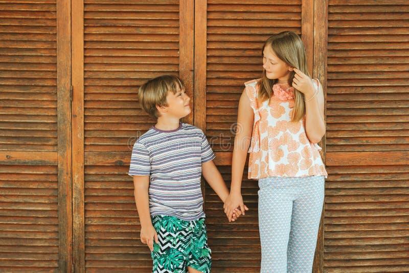 Portrait extérieur d'été de deux enfants drôles image stock