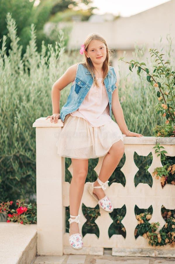 Portrait extérieur d'été de fille de jeune garçon photos libres de droits