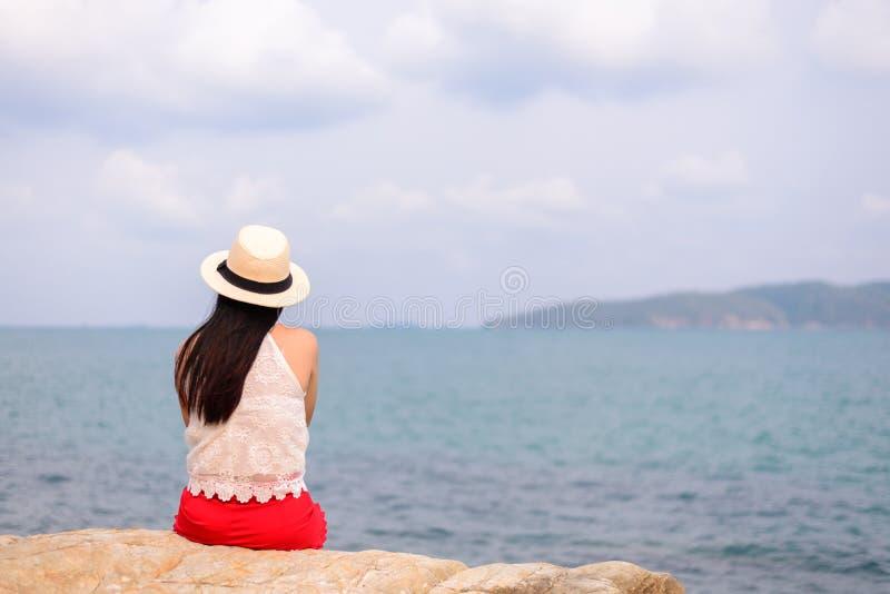 Portrait extérieur d'été de la jeune jolie femme regardant à l'océan image libre de droits