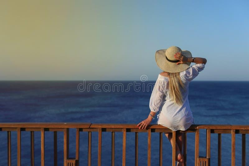 Portrait extérieur d'été de la jeune jolie femme regardant à la mer photos libres de droits