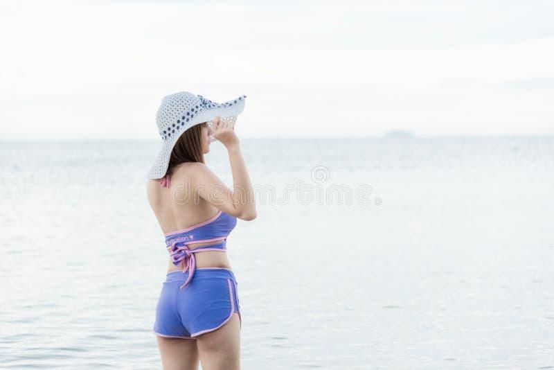 Portrait extérieur d'été de lookin casqué de jeune belle femme photographie stock