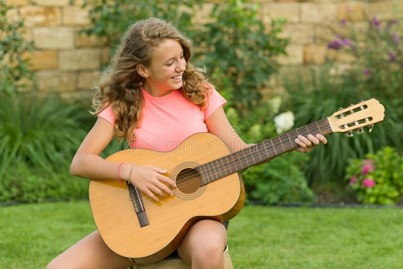 Portrait extérieur d'adolescente avec la guitare images stock