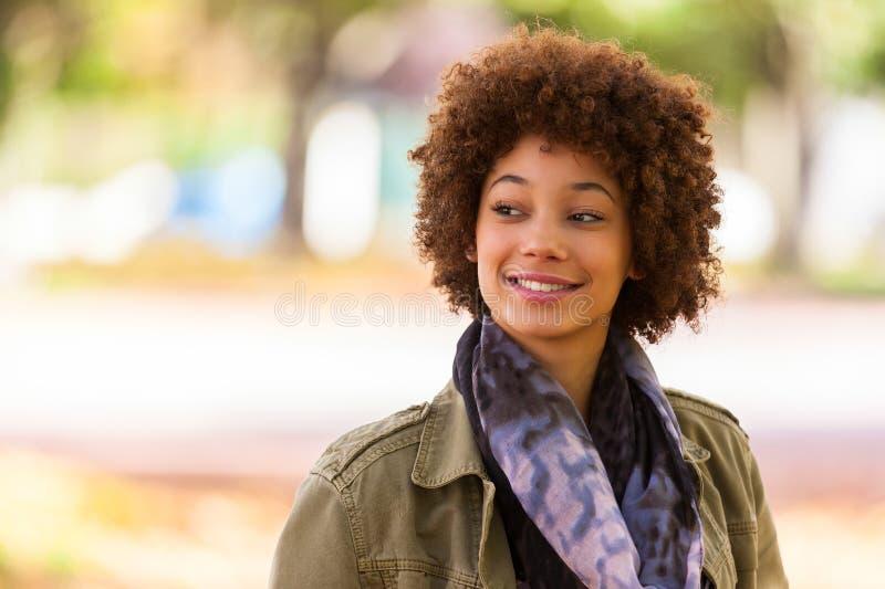 Portrait extérieur d'automne de beau woma de jeunes d'Afro-américain images libres de droits