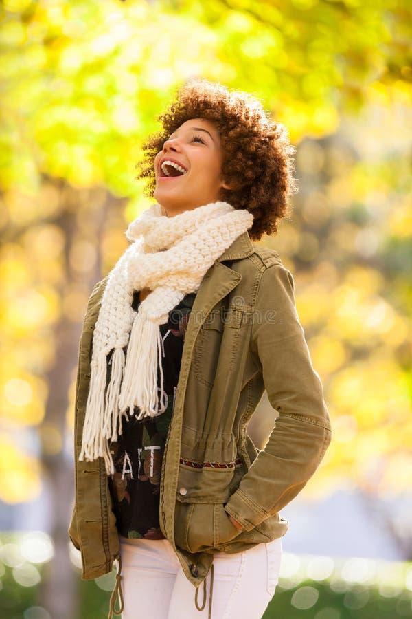 Portrait extérieur d'automne de beau woma de jeunes d'Afro-américain image stock