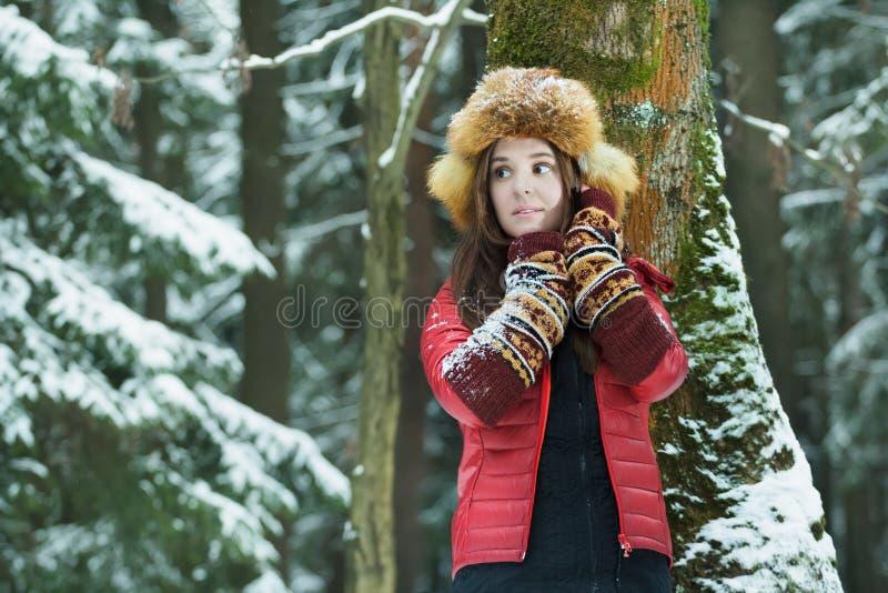 Portrait extérieur d'hiver d'étudiant aux cheveux longs photo stock