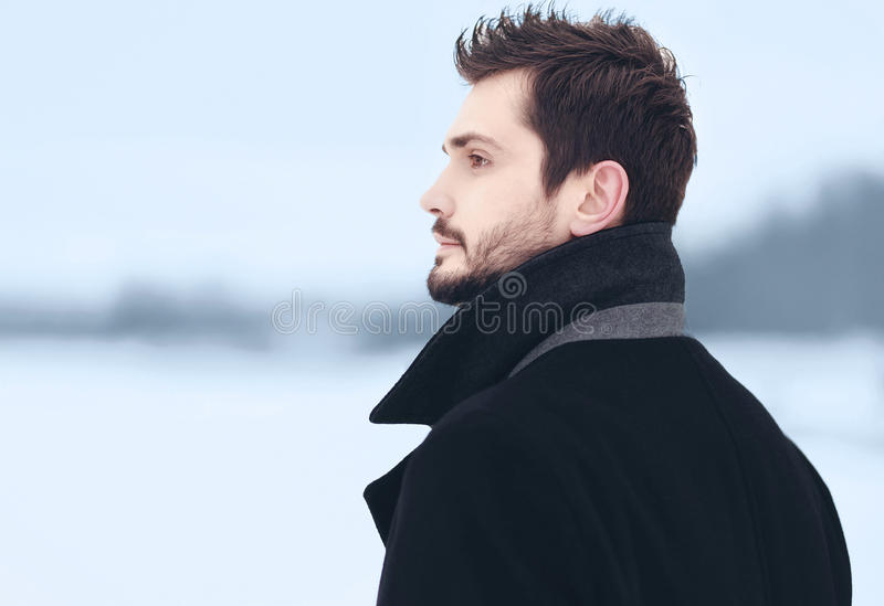 Portrait extérieur d'homme élégant bel photos libres de droits