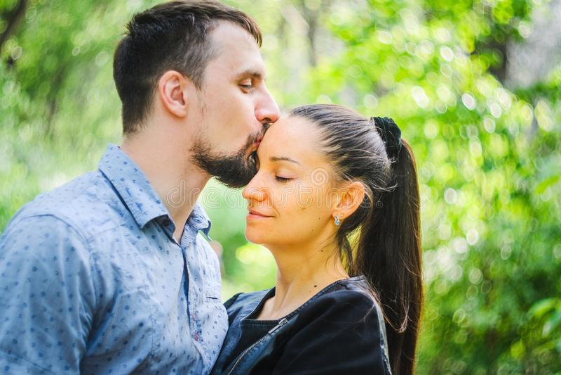 Portrait extérieur d'un couple dans l'amour image libre de droits