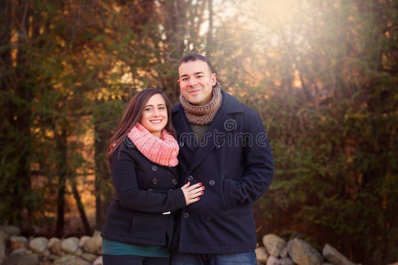 Portrait extérieur d'un couple portant les manteaux foncés photographie stock