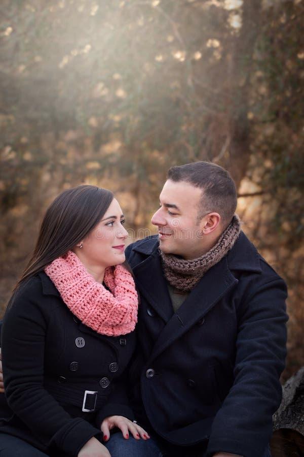 Portrait extérieur d'un couple portant les manteaux foncés image libre de droits