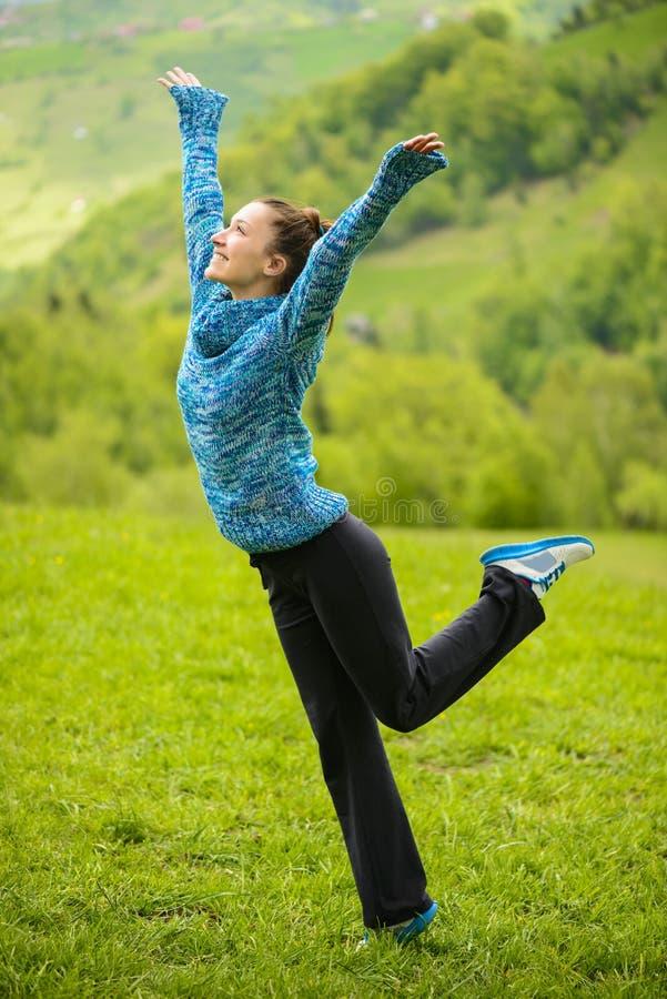 Portrait extérieur d'une jeune femme heureuse images libres de droits