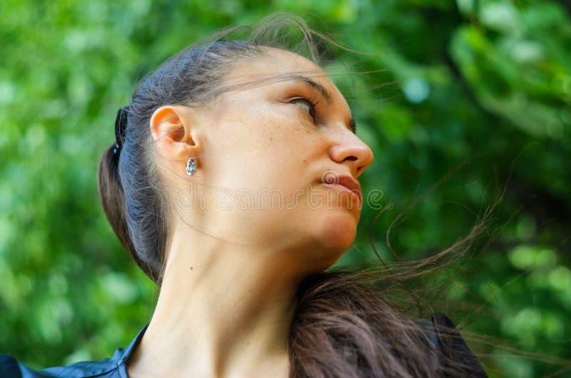 Portrait extérieur d'une jeune femme triste images libres de droits