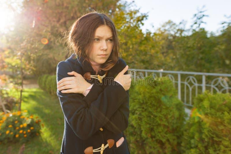 Portrait extérieur d'une jeune fille d'adolescent congelée un jour d'automne images libres de droits