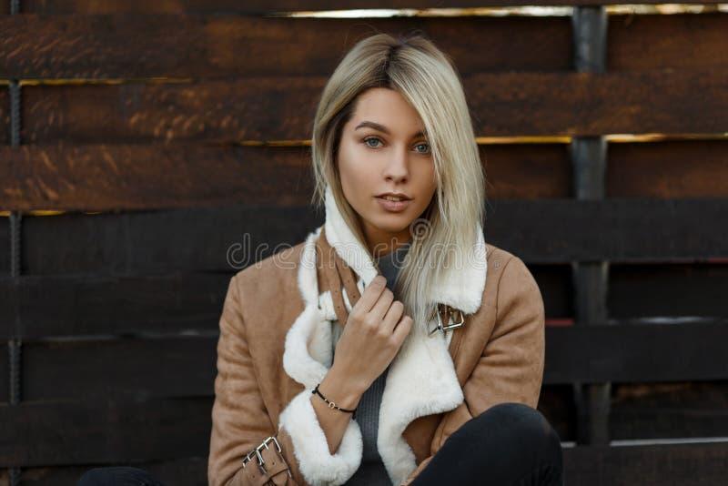 Portrait extérieur d'une jeune fille blonde étonnante mignonne avec le bleu image stock