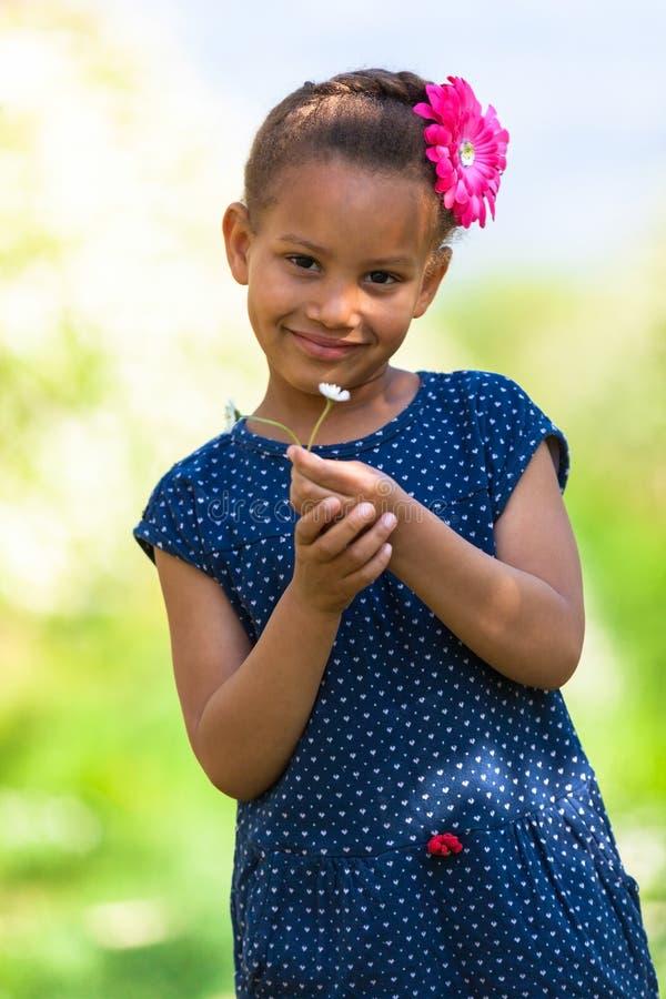 Portrait extérieur d'une jeune fille noire mignonne souriant - pe africain photo libre de droits