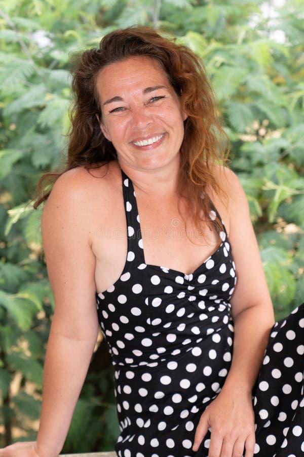 Portrait extérieur de belle femme dans des vêtements sport se reposant à la terrasse images libres de droits
