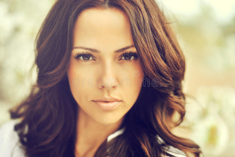Portrait extérieur de belle femme de cheveux bruns étonnants image libre de droits