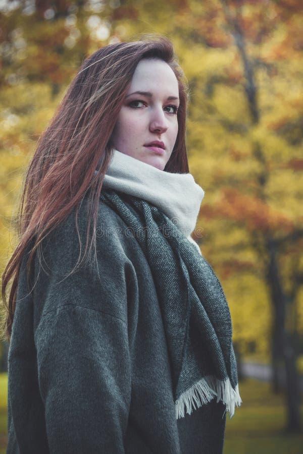 Portrait extérieur de belle femme heureuse photographie stock libre de droits