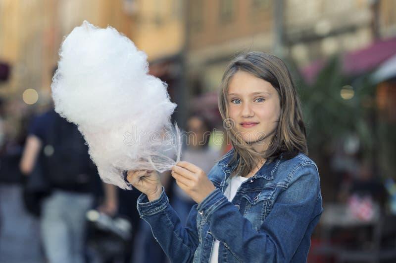 Portrait extérieur de belle fille avec la sucrerie de coton photos stock