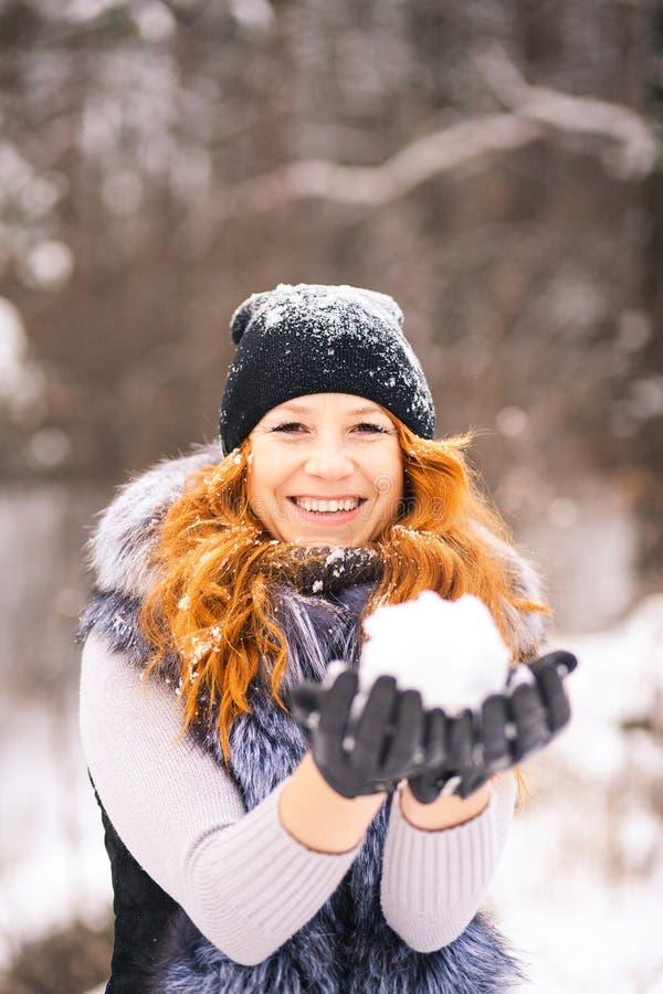 Portrait extérieur de belle fille d'hiver photos libres de droits