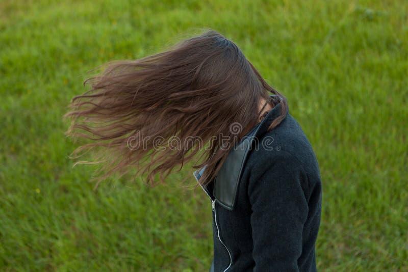 Portrait extérieur de belle fille riant tandis que le vent se déplace photos stock