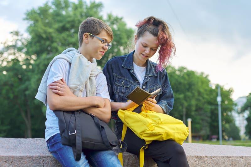 Portrait extérieur de deux étudiants parlants d'adolescents image libre de droits