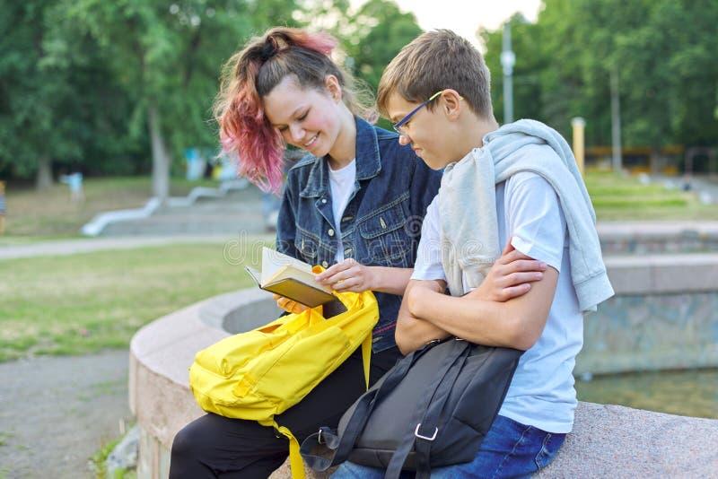 Portrait extérieur de deux étudiants parlants d'adolescents photos libres de droits
