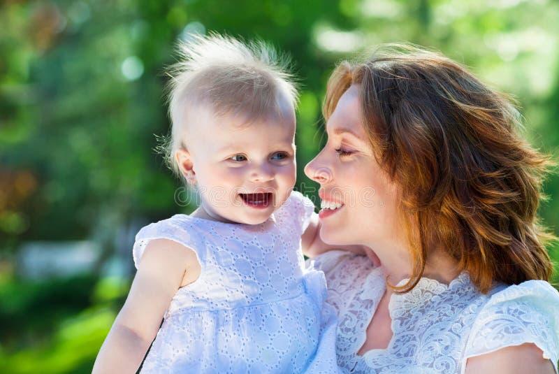 Portrait extérieur de famille heureuse photo stock