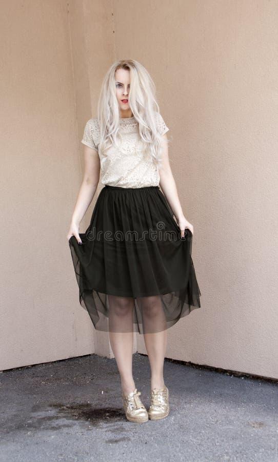 Portrait extérieur de femme élégante moderne Peau blonde et pâle photographie stock