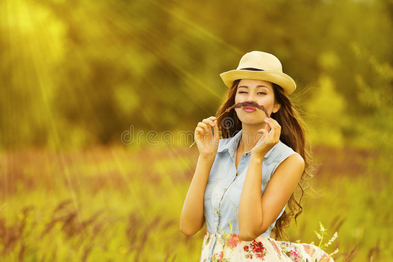 Portrait extérieur de femme drôle, fille drôle avec la moustache photo stock