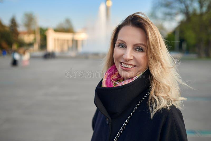 Portrait extérieur de femme de sourire blonde mûre image libre de droits