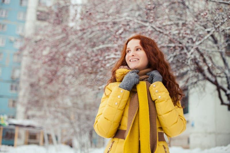 Portrait extérieur de fille assez jeune en hiver images libres de droits