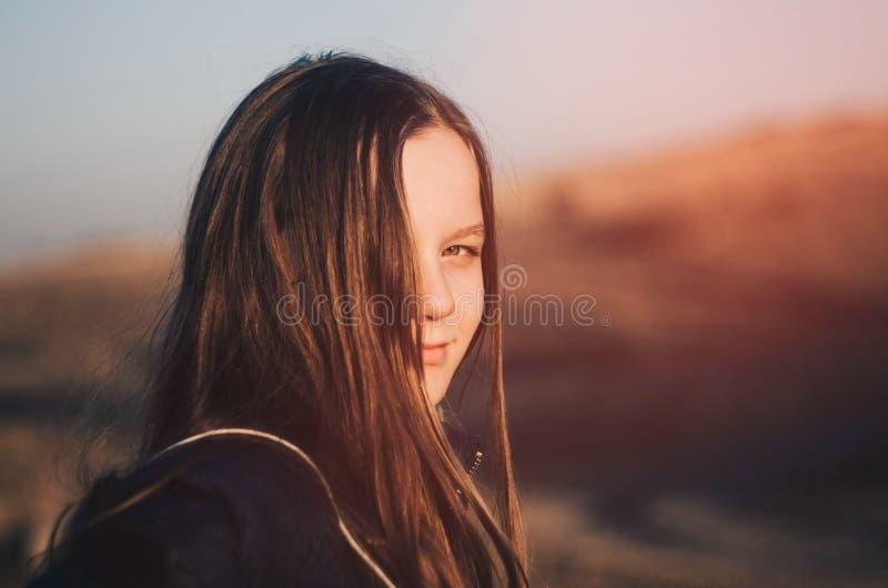 Portrait extérieur de fille au soleil photographie stock libre de droits