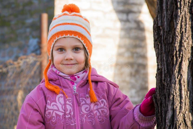 Portrait extérieur de fille heureuse d'enfant d'enfant en bas âge en hiver images libres de droits