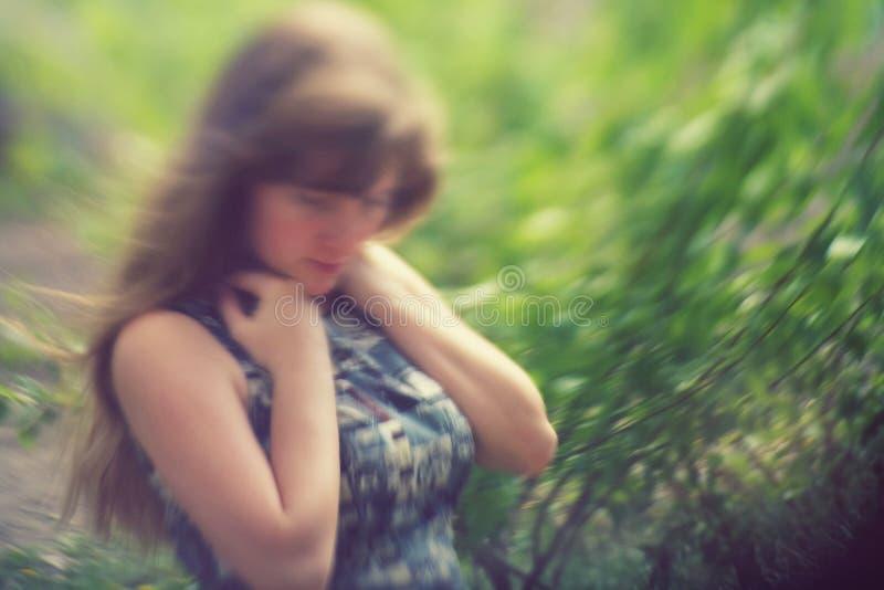 Portrait extérieur de flou d'une belle femme image libre de droits