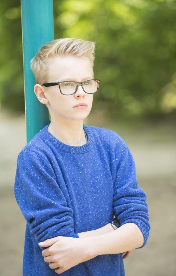 Portrait extérieur de garçon sûr d'adolescent photographie stock